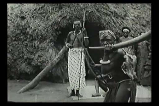 Twee mannen van de stam van Dominica poseren voor de camera.